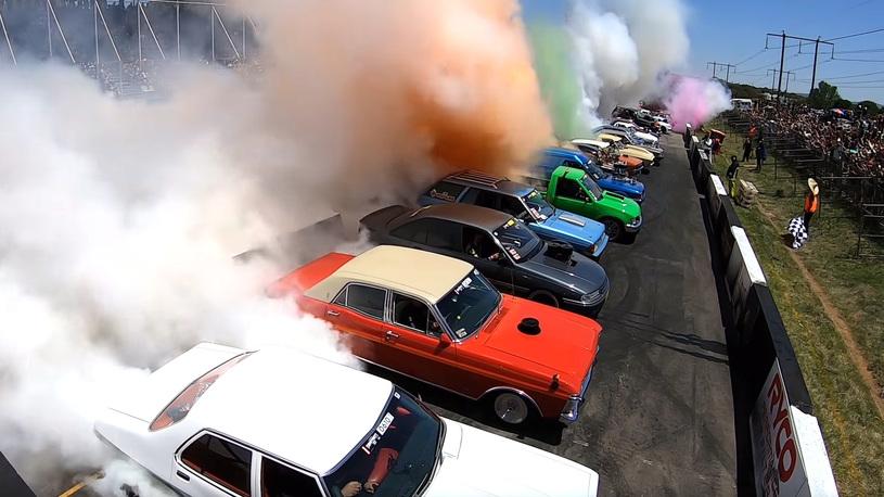 Посмотрите, как 126 автомобилей дымят покрышками на рекорд Гиннесса!