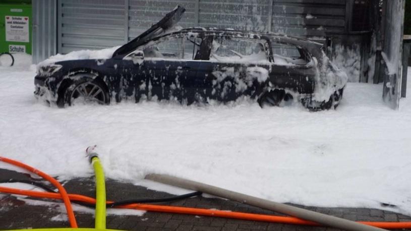 Их нравы: женщина решила пропылесосить бензобак и сожгла автомобиль
