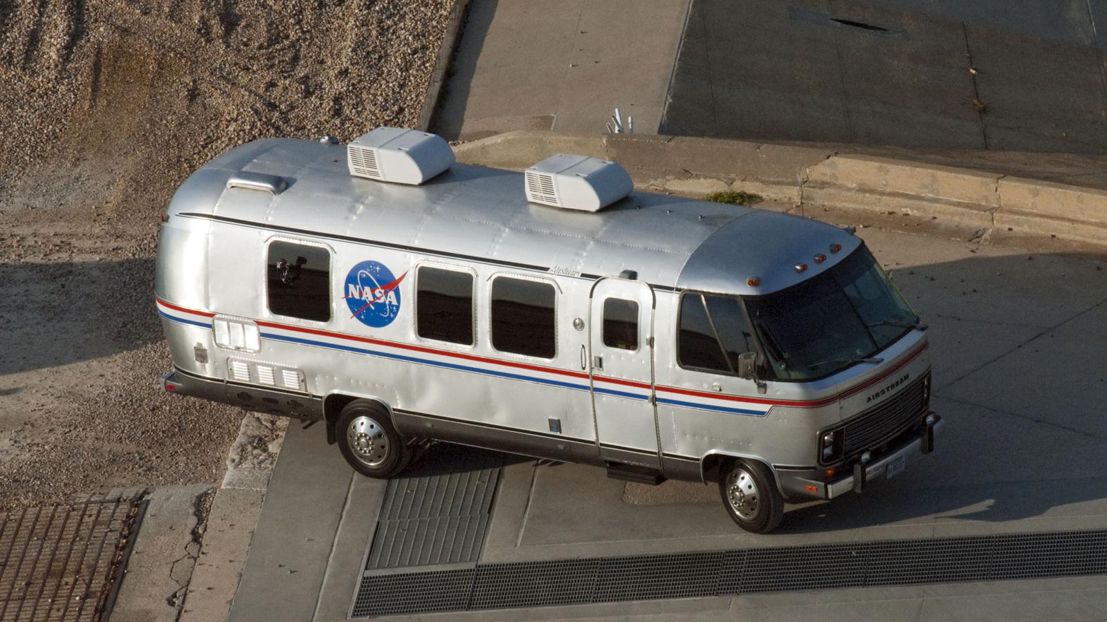 """Tesla Model X стал официальным """"шаттлом"""" для астронавтов NASA"""