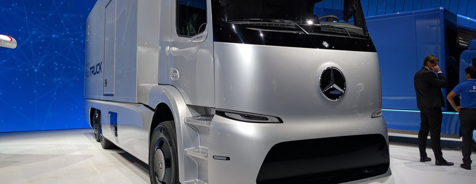 Электрогрузовик Mercedes-Benz идет в комплекте с часами