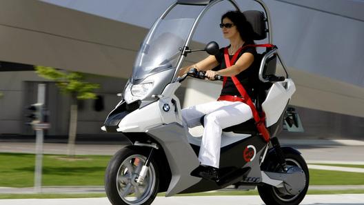 BMW C1-E: прототип безопасного городского электроскутера от BMW Motorrad