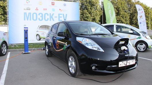 Электромобилям в России разрешат ездить быстрее других - по выделенным полосам
