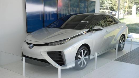 Toyota показала живьем свой серийный седан на водороде