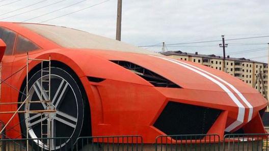 Первую в мире статую Lamborghini построили участники футбольного клуба