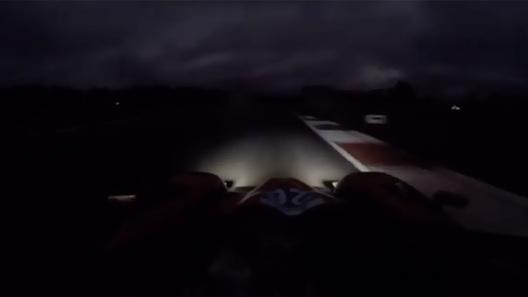 Знаменитый гонщик проехал по ночной трассе, и это было страшно. ВИДЕО