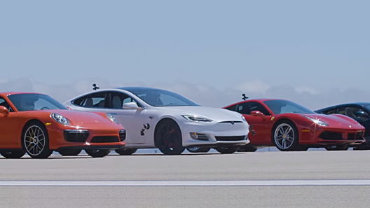 """Битва суперкаров: семейный седан """"унизил"""" Ferrari, Porsche и McLaren"""