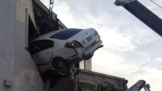 Водитель под наркотиками протаранил кабинет стоматолога на втором этаже