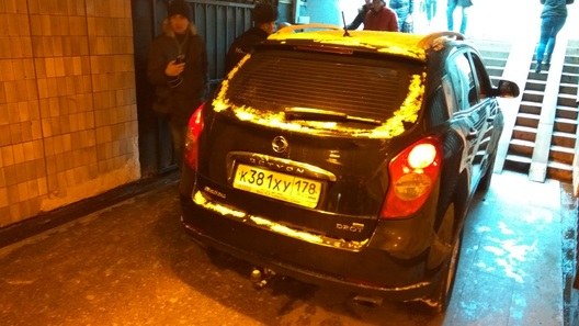 В Санкт-Петербурге водитель испытал кроссовер в подземном переходе