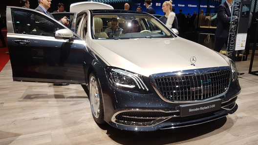 Mercedes-Maybach S-Class научили проецировать картинки на дорогу