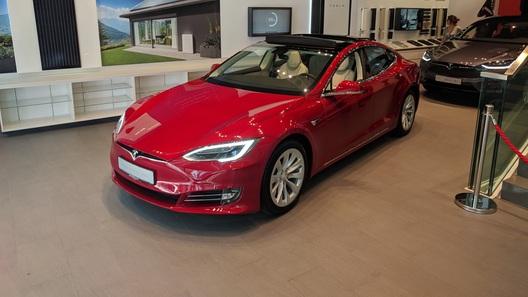 """""""Связной"""" начал сдавать напрокат электромобили Tesla 825"""