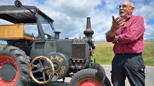 Пожилой немец и такса едут на ЧМ-2018 на раритетном тракторе