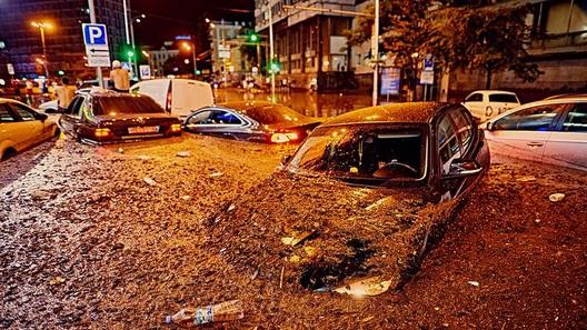 Потоп в Киеве: автомобили вынуждены либо плыть, либо тонуть