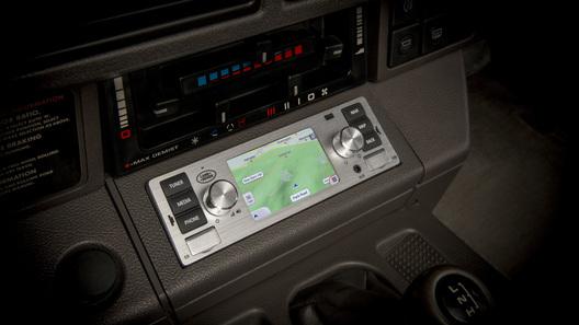 Jagaur Land Rover выпустил мультимедийную систему для ретро-автомобилей