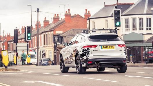 Автомобили Jaguar Land Rover научат пролетать светофоры на зеленый свет