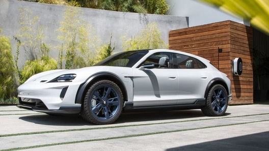 Новый Porsche Taycan привезут в Россию: называем точные сроки!
