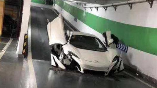 """""""Фейковый"""" McLaren превратили в автохлам прямо на паркинге!"""