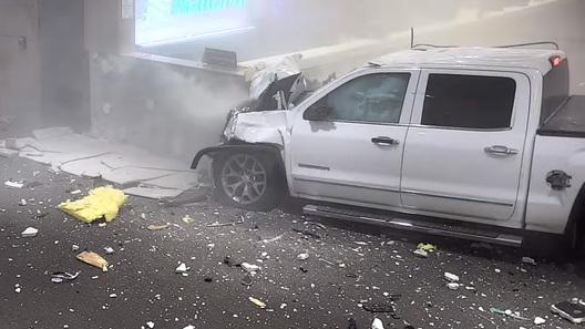 В США пикап проломил стены аэропорта и влетел в терминал (жуткое видео)
