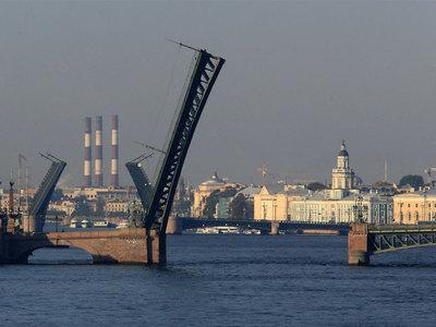 Троицкий мост в Петербурге перекрыли из-за подозрительной канистры