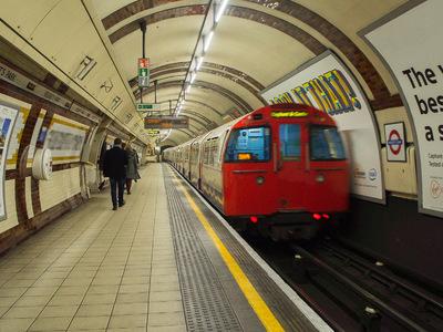 В Лондоне эвакуировали пассажиров метро из-за подозрительной машины