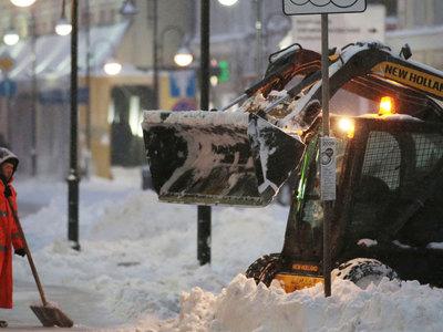 Метель, заносы и гололедица: осенний снегопад продолжится в Москве весь день