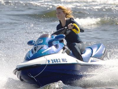 Девушки на гидроциклах столкнулись в Азовском море