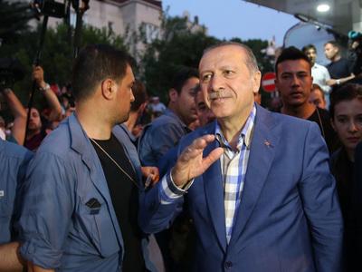 Эрдоган пришел на похороны жертв путча