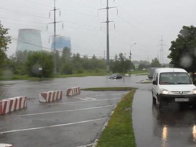 Потоп в Москве: по улицам плывут пешеходы и автобусы. Видео