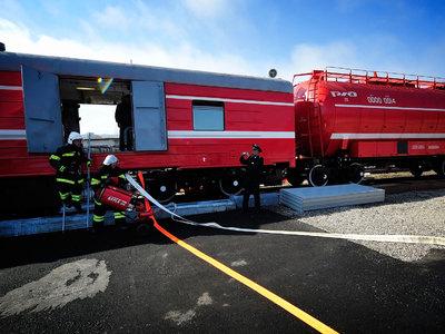Горящий склад в Подмосковье тушат с пожарного поезда
