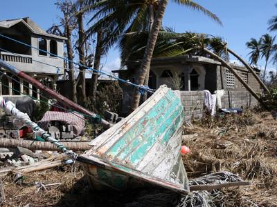 """Число жертв урагана """"Мэттью"""" на Гаити выросло до 877"""
