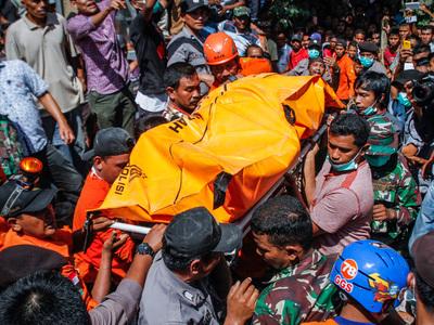 Землетрясение в Индонезии: 97 погибших, 70 тяжело пострадавших