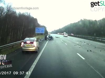 Водитель выжил, вылетев из перевернувшейся пять раз машины. Видео