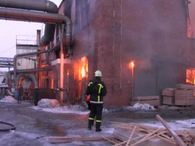 Пожар в деревообрабатывающем цехе в Челябинске тушат 100 человек