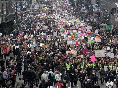 """В """"Марше женщин"""" против Трампа принял участие Джон Керри вместе со своей собачкой"""