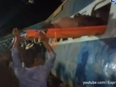 Крушение индийского поезда: жертв уже 39