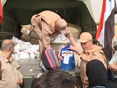 Сирийцы получают российскую гуманитарную помощь под охраной военных
