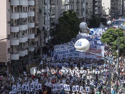 Тысячи аргентинских учителей бастуют против 40%-й инфляции