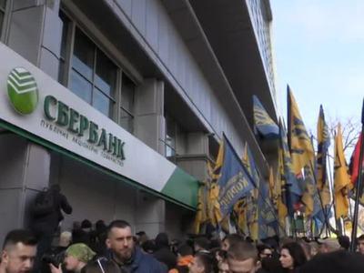Украинские радикалы временно разблокировали офисы Сбербанка