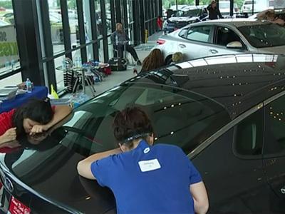 Участники конкурса сутки целовали машину в надежде ее выиграть. Видео