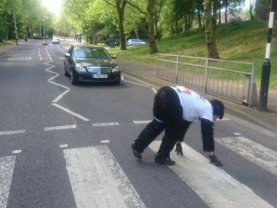 Британец в костюме гориллы пятый день ползет к финишу марафона