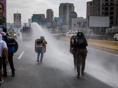 """В Каракасе """"Марш освободителей"""" разогнали водометами"""