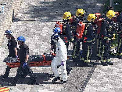 """""""Помогал опознать"""": мужчина вскрывал мешки с телами жертв пожара в Лондоне"""