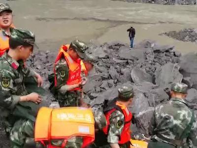 В Китае из-за угрозы второго оползня срочно эвакуируются спасатели и журналисты