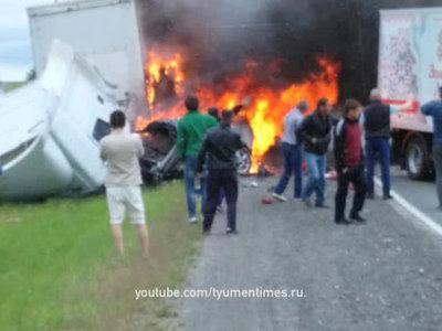 На трассе Тюмень - Курган легковушка въехала в грузовик, двое погибших