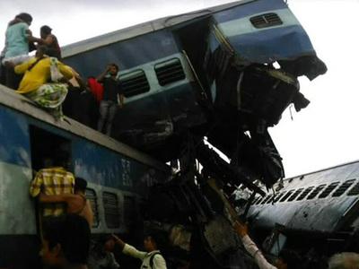 Число жертв крушения индийского поезда возросло вдвое