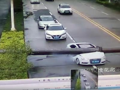 Водитель чудом уцелел при падении крана на машину. Видео