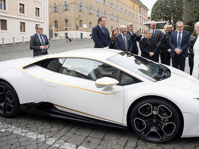 Компания Lamborghini подарила папе римскому особый суперкар