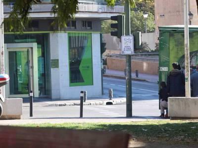 Грабитель захватил заложников в Мадриде, выпив стакан рома