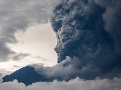 Уровень опасности вулкана Агунг понижен до оранжевого