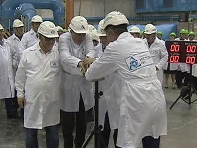 В реактор 4 энергоблока Ростовской АЭС загружают кассеты с ядерным...