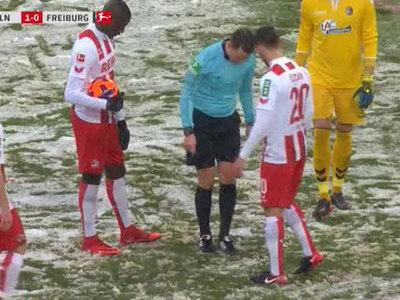В чемпионате Германии по футболу судья потерял 11-метровую отметку